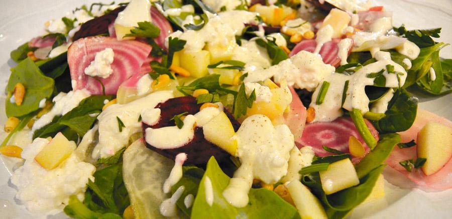 Salade van spinazie, appel en cottage cheese met gekleurde bieten uit Wehl