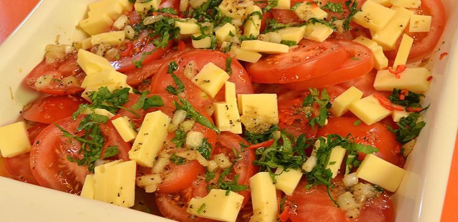 Salade tomaat, kaas & geroosterde knoflookdressing