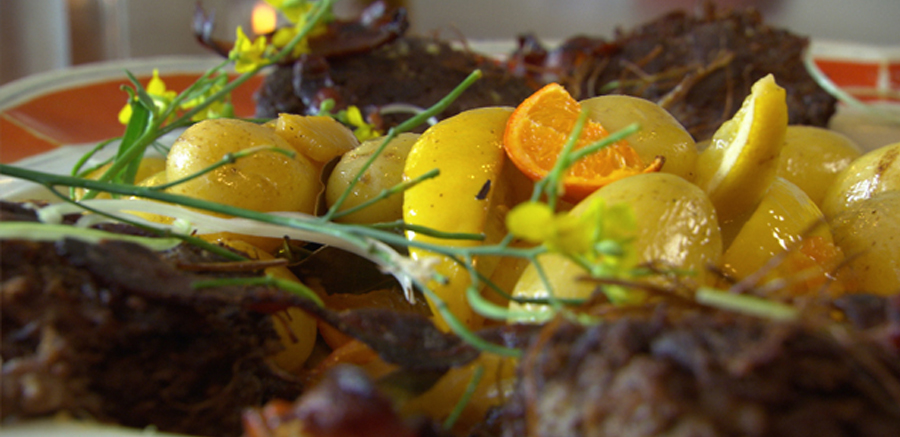 Krokante rundvlees schijven, aardappels met laurier en citrusvruchten