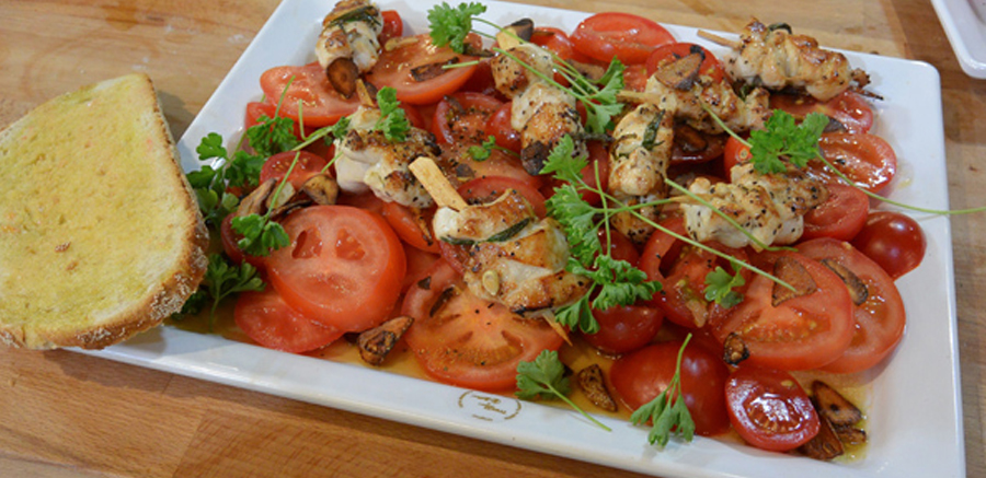 'Pan Tomate', tomatensalade, krokante knoflook & kipspiesjes