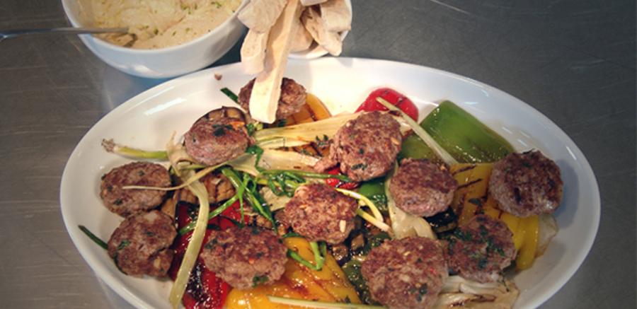 Rundergehaktballetjes met hummus & gegrilde groenten