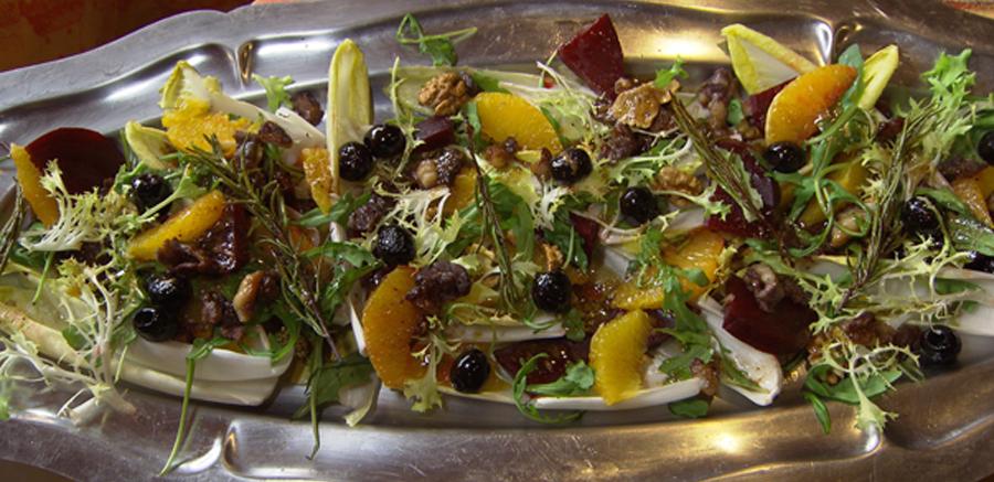Tarte tatin van kruidig rundvlees, champignons & groenten, winterse salade