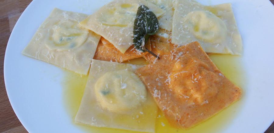 Verse ravioli gevuld met courgette en ricotta, salie-botersaus